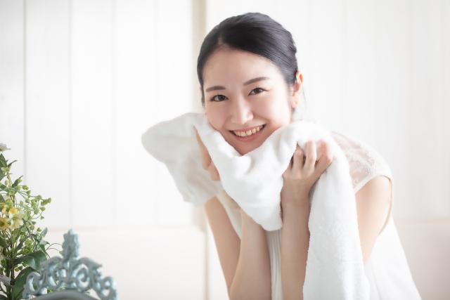 美肌洗顔する女性。
