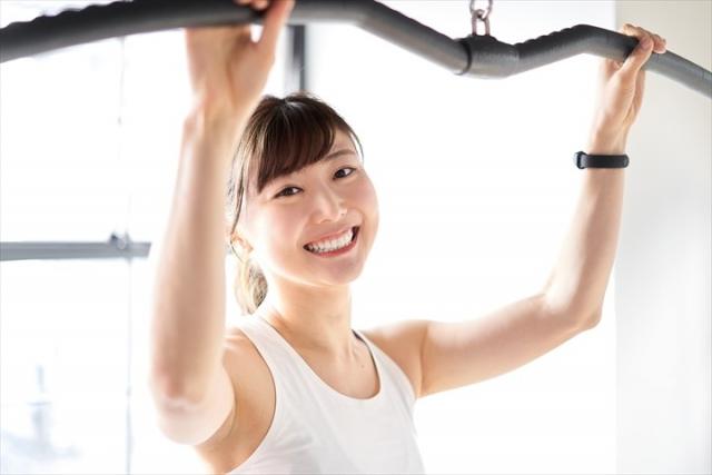 ジムで運動する女性。