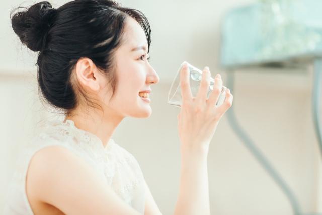 白湯を飲んで健康作りする女性。