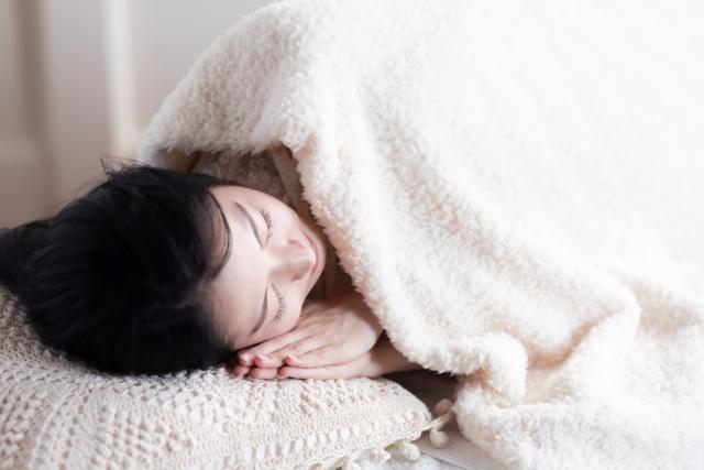 睡眠する女性。